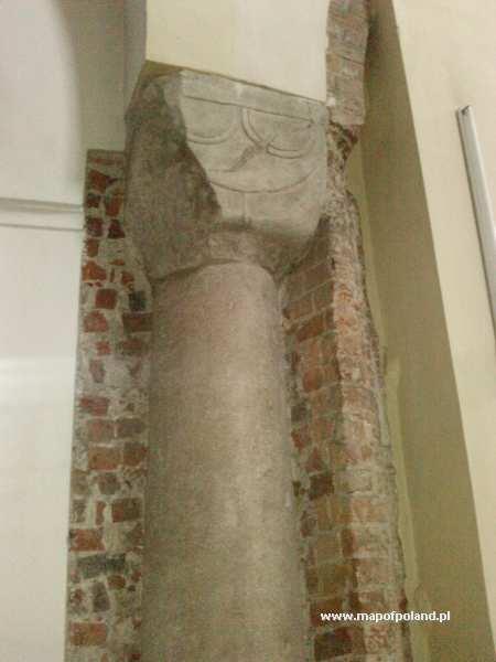 Bazylika p.w. WNMP - Romańska kolumna w zachodniej części barokowej świątyni - Trzemeszno