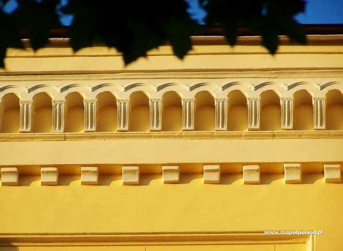 Gmach Liceum Gorna Fasada Budynku Po Renowacji W Paczkowie